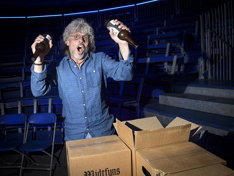 Eddie Szweda holder Eddies Ølshow i Flying Superkids telt ved Rosengårdcenteret i Odense. Foto: Robert Wengler