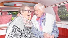 Tinne Jepsen og Ruth Thorsøe i et folkevognsrugbrød i hippiestil.