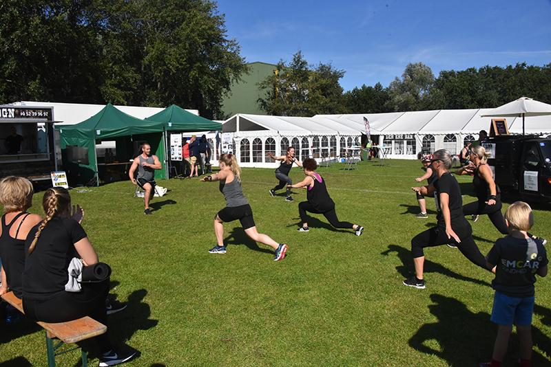Lørdag kunne man deltage i moderne gymnastik midt på plænen, det var populært, især blandt kvinderne.