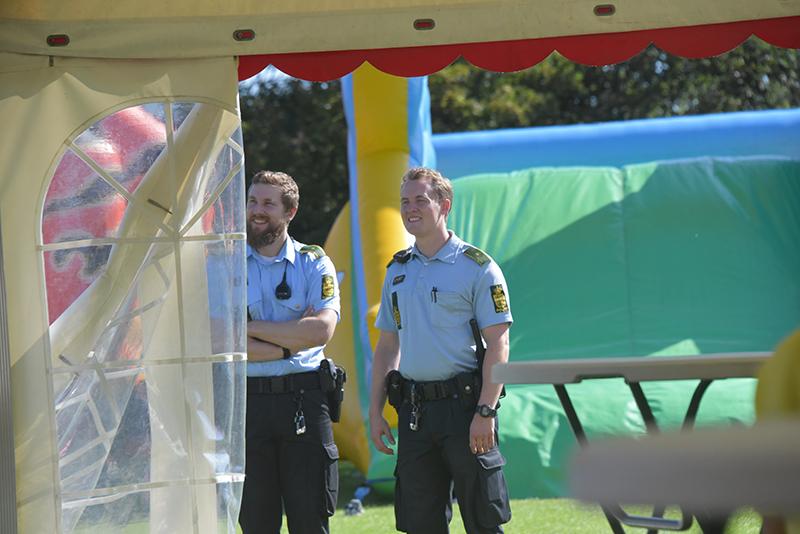 Politiet kunne nøjes med at gå rundt og observere og hyggesnakke med gæsterne.