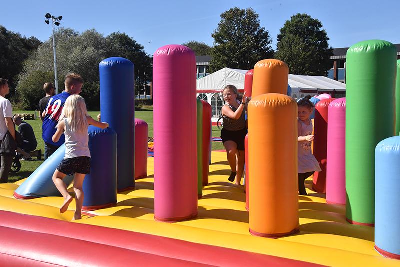 Børnene kunne boltre sig på et stort legeareal i hoppeborge og på Segways.