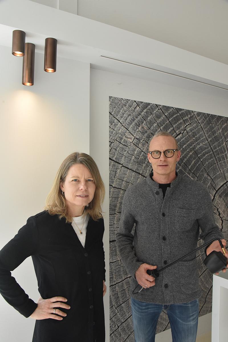 Pia og Palle Rasmussen i deres arbejds- og showroom på Bytoften i Hjerting. Palle holder en Nola-lampe i hånden.