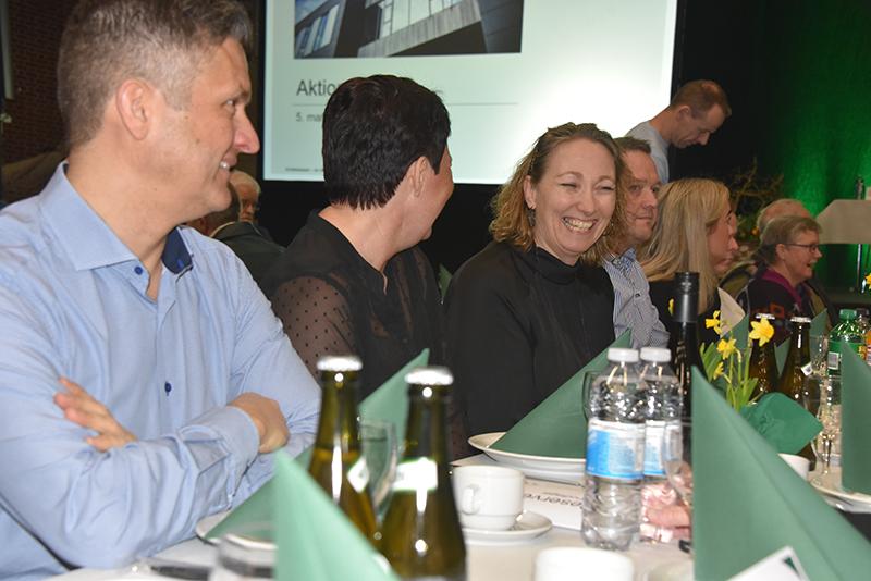 Inden prisuddelingen deltog byfestkomiteen i fællesspisningen med aktionærerne.