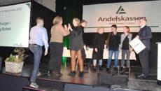 Der var højt humør og high five på scenen, da byfestkomiteen fra Hjerting modtog prisen.