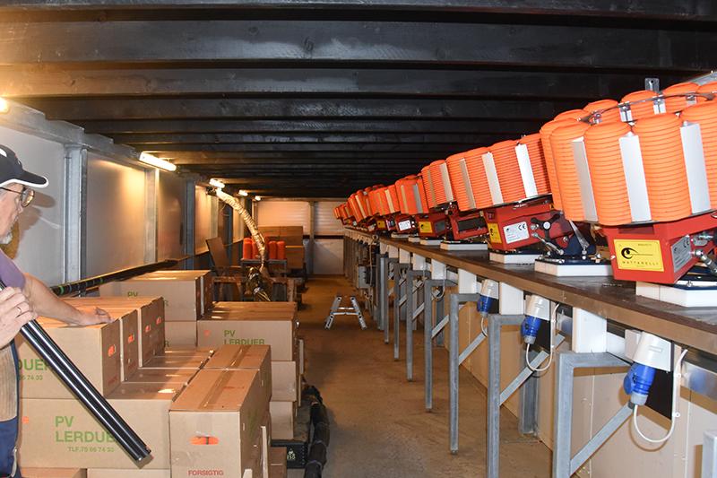 Her under skydebanen står kastemaskinerne, der styres af computere, så alle skytter får samme antal duer med samme sværhedsgrad.