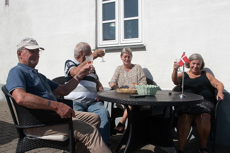 På Hjerting Strandvej havde denne gruppe forstået at indrette sig for at se dronningen køre forbi. Fra venstre: Børge Nielsen, Henning Nielsen, Helle Jensen og Jette Nielsen.