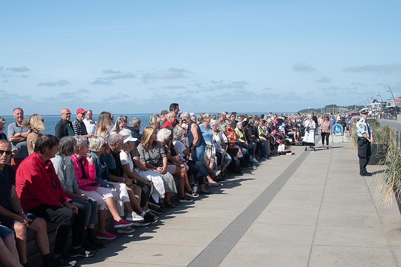 Hundredvis af glade og forventningsfulde borgere havde slået sig ned foran Hjerting Badehotel for et få et glimt af Hendes Majestæt Dronning Margrethe.