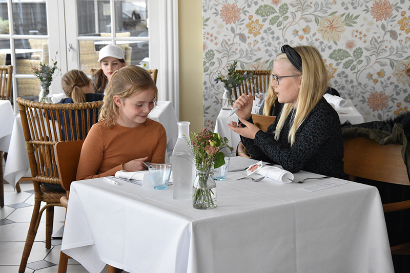 Stemningen var meget forventningsfuld. Disse to piger fik god tid til at gå med at studere menukortet og diskutere det.