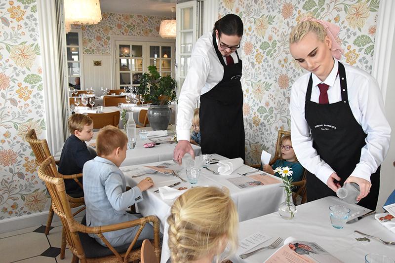 Der serveres 'gåsevin' ved de fire unge gæsters bord. Mere lokalt, sundt og enkelt kan det vel næppe være.