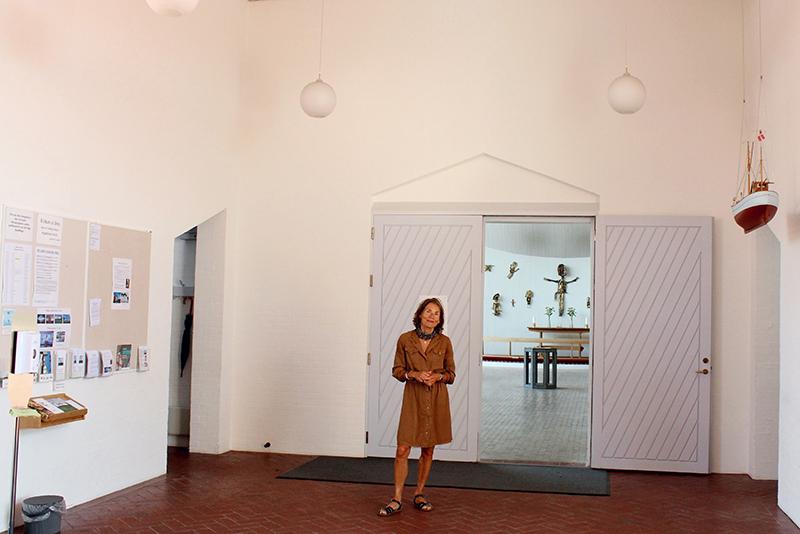 Annemarie Ovesen. Det er usædvanligt, at kirkeskibe hænger i våbenhuset, som det gør i Hjerting Kirke. Men det passer fint til Hjerting Kirke, mener Annemarie Lund Ovesen. Hun glæder sig til, at modelskibet af hjertingkanen vil få plads overfor Esbjergkutteren, som hænger der i forvejen.