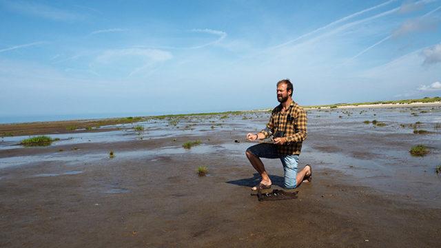 Marco Brodde er her i gang med tegnebrættet på vaden ved ebbe på stranden ved Sønderho på Fanøs sydspids.
