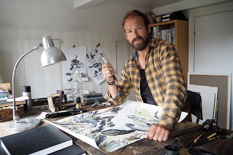 """""""Det er min erfaring, som jeg har prøvet at praktisere de sidste fem-seks år, at det er bedst at prøve at gøre tingene næsten færdige derude,"""" siger Marco Brodde, der arbejder videre på tegningerne i sit atelier i huset i Nordby."""