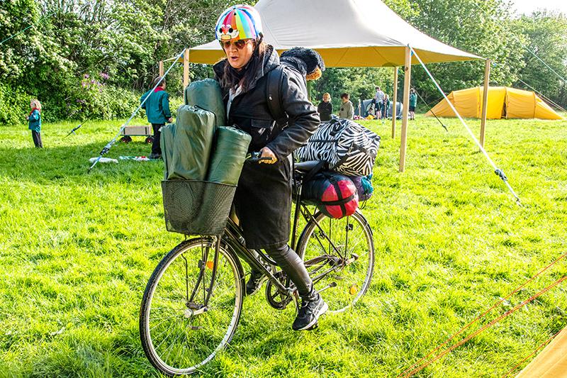 Fru Slot havde det ikke nemt med fuldt oppakket cykel, ujævnt underlag og morgenfugtigt græs