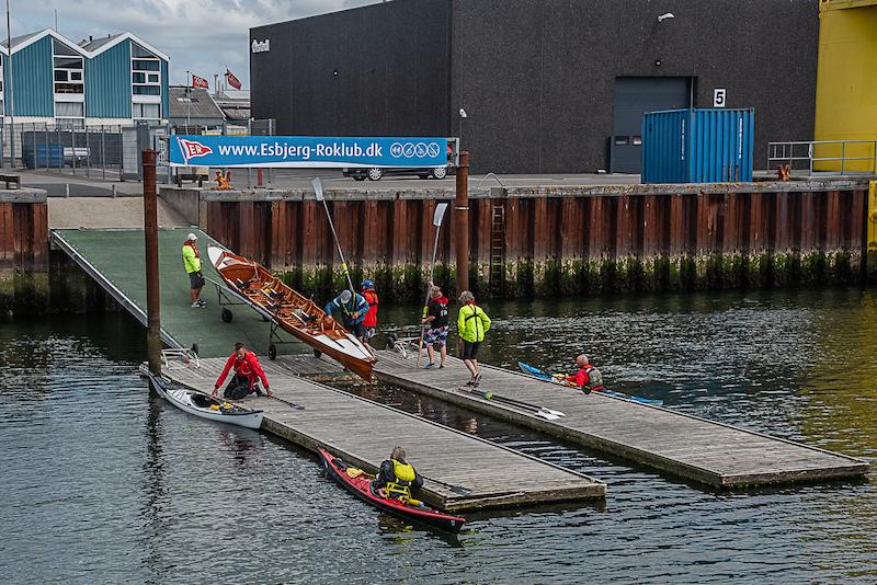 Trætte roere og kajakroere ankommer til Esbjerg Havn.