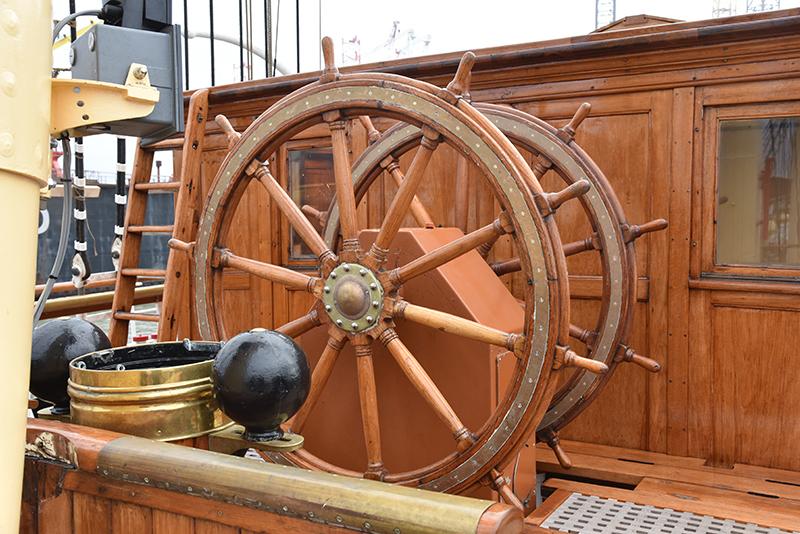 Skoleskibet emmer af traditioner, her i form af det gamle ror.