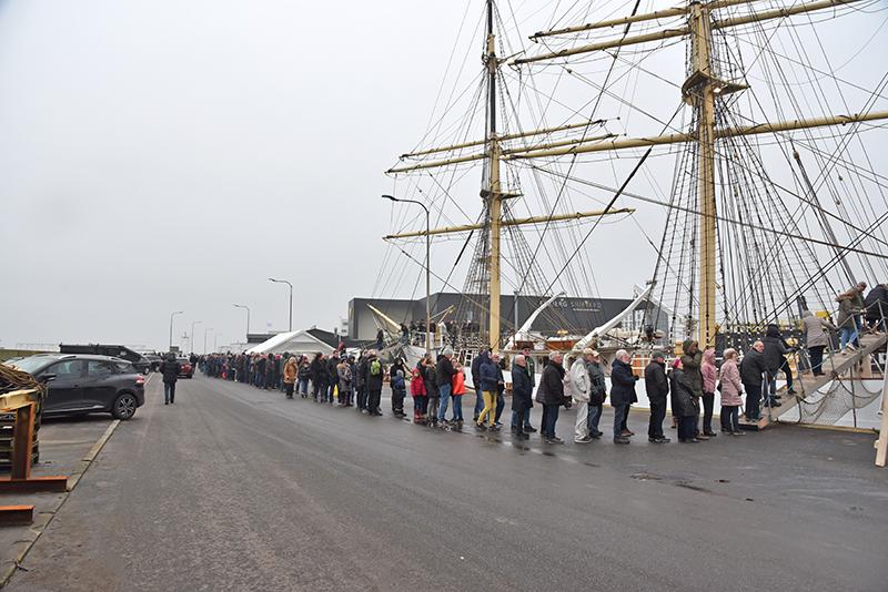 Gæster i kø for at besøge skoleskibet Danmark i Esbjerg