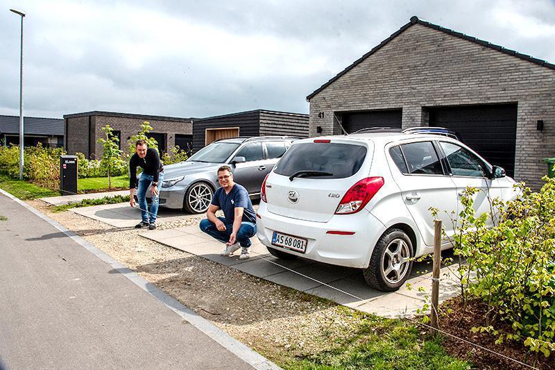 Christian M. Jensen og Henning Tholund markerer, hvor den bløde græsrabat kommer til at gå.