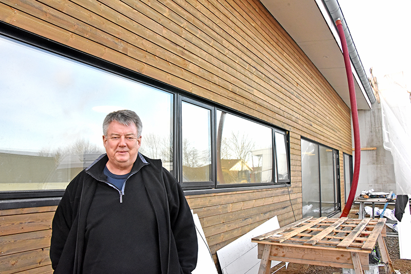 Michael Erting foran facaden på den ny sports- og kulturhus.