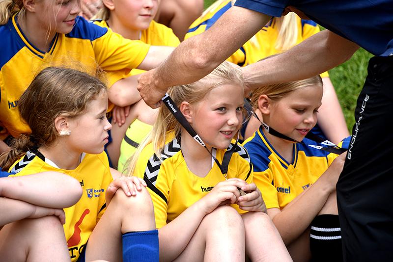 Stolte piger modtaget deres medaljer.