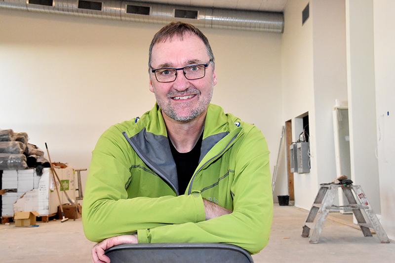 Anders Kristensen i den store sal i Hjerting Sports- og Kulturhus. Han sætter sin lid til, at huset vil samle byen. Han håber også, at HIF bliver mere innovativ, end foreningen er nu.