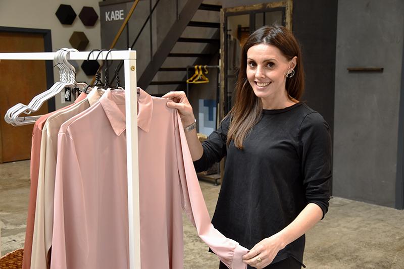 Smykker og tøj af eget design vises frem i det nye showroom, hvor Yvonne Montrone også har lager og travlt med onlinebestillinger.
