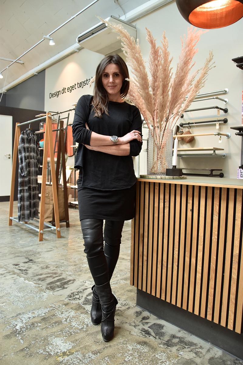 Yvonne Montrone har travlt med at designe smykker og sko, men der er stadig tid til at lave italiensk mad til manden og de tre døtre.