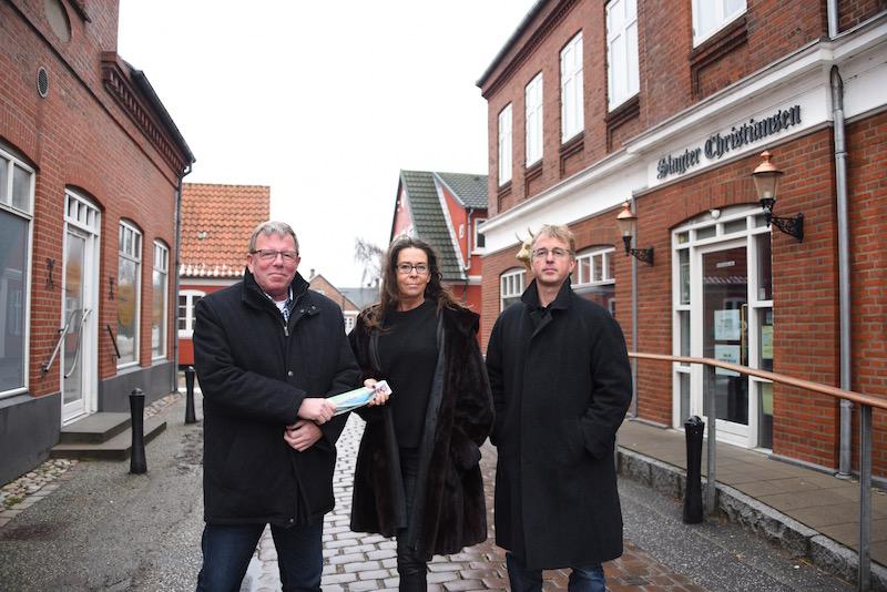 Lars H. Olsen (t.v.) overtager stafetten som redaktør efter Tina Bie, der har solgt Fanø Extra til udgiver Kurt Henriksen (t.h.)