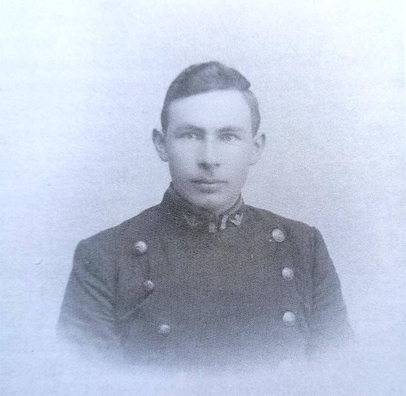 Den unge Frans Buch i hans flotte uniform anno 1900.