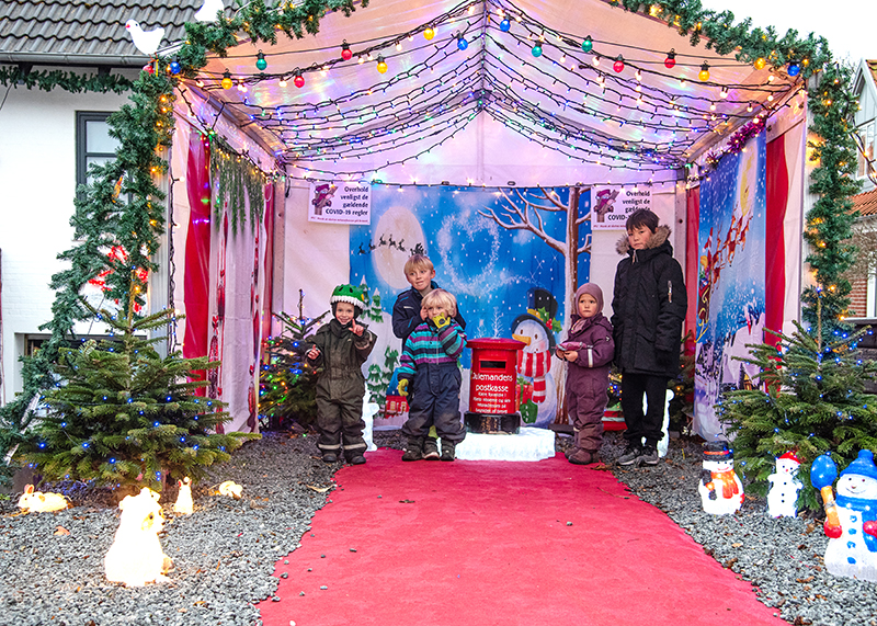 Lokale børn ved julemandens postkasse på Engvænget i Hjerting.