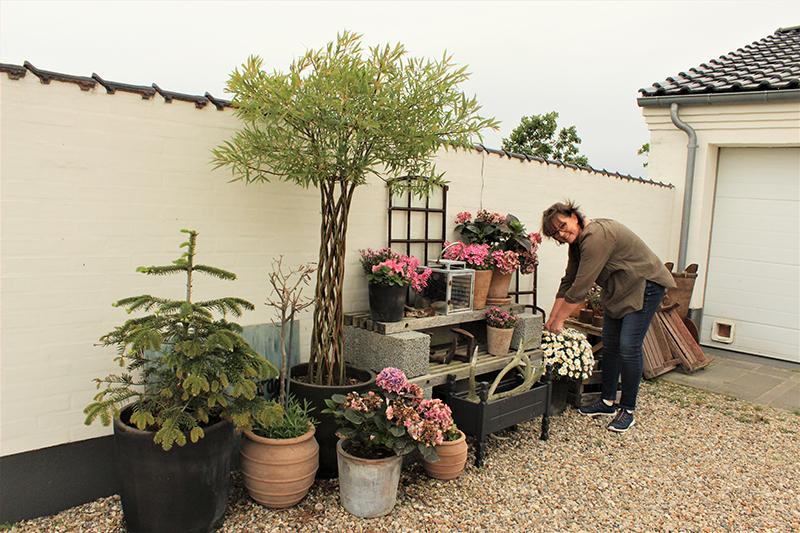 Lene Toubro elsker at få ting til at se flotte og indbydende ud og bygger gerne flotte installationer med blomster og genbrugsfund.