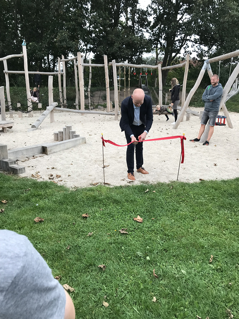Søren Heide Lambertsen klipper den røde snor. Foto: Ole Schultz.