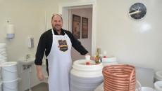 Brygmester Claus Jørgensen  hygger sig med mjødfadenei sit nye Tarp Bryggeri - men tørstige sjæle må vente til efteråret.