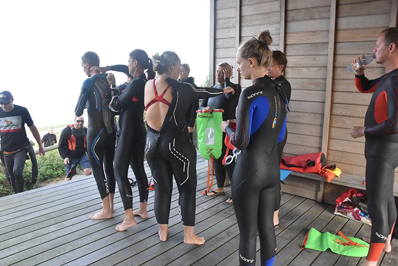 Deltagerne er ved at gøre sig klar til at sejle til Langli for derefter at svømme de 2,5 km hjem.