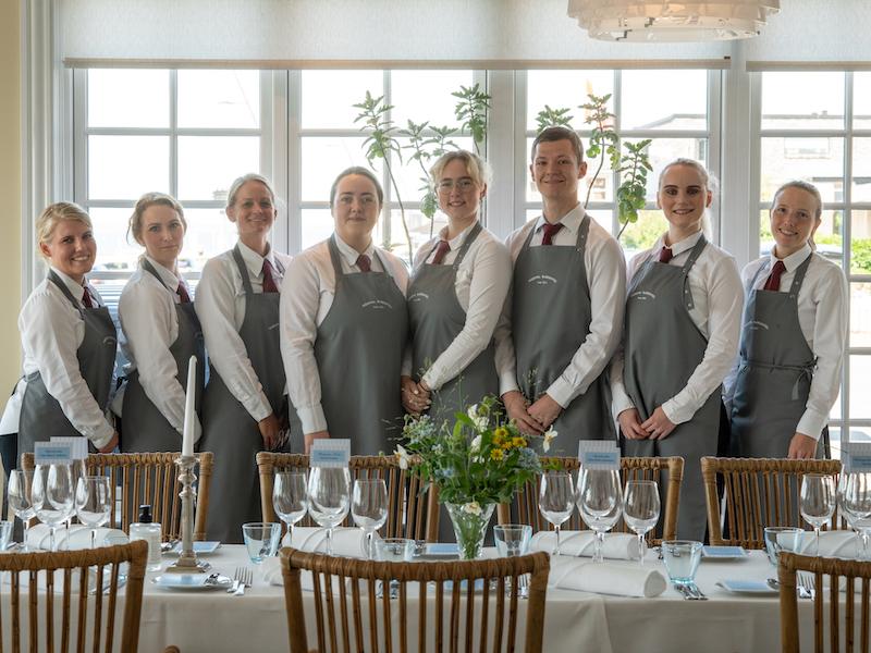 De unge tjenere, der fik den særlige ære at servere for dronningen. Foto: Hjerting Badehotel / Susy Grundahl.